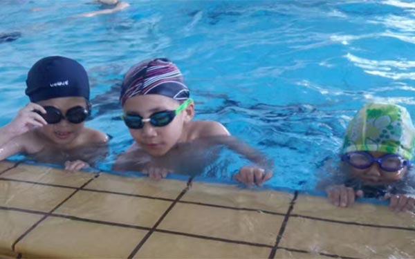 參加游泳夏令營的好處及注意事項!